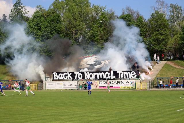 Kibice wrócili na stadiony! Wreszcie. Na meczu w Lipsku kibice mocno zatęsknili za oprawami, gromkim dopingiem. Fani Powiślanki stworzyli kapitalną atmosferę podczas sobotniego meczu z Szydłowianką! ZOBACZ KOLEJNE ZDJĘCIA Z TRYBUNA I BOISKA, KLIKNIJ NASTĘPNE ====>>>>