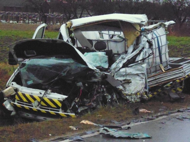Kierowca tego samochodu, przewożącego tonę ryb, zmarł w szpitalu na skutek odniesionych ran w wypadku.