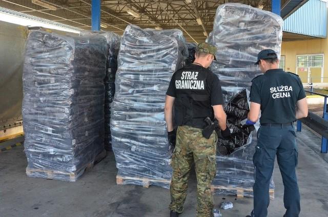 Nielegalne papierosy w ładunku węgla drzewnego odkryli funkcjonariusze Straży Granicznej i Krajowej Administracji Skarbowej z przejścia granicznego w Bobrownikach