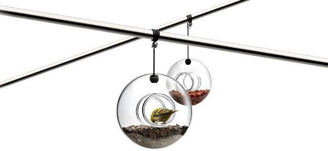 Nowoczesny karmnik dla ptakówNowoczesny karmnik dla ptaków jest skonstruowany tak, by nie tylko był praktyczny, ale zarazem dekoracyjny.