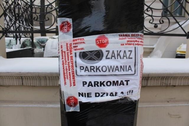 - Na jednym z nich przypięto kartkę z informacją o zakazie parkowania.