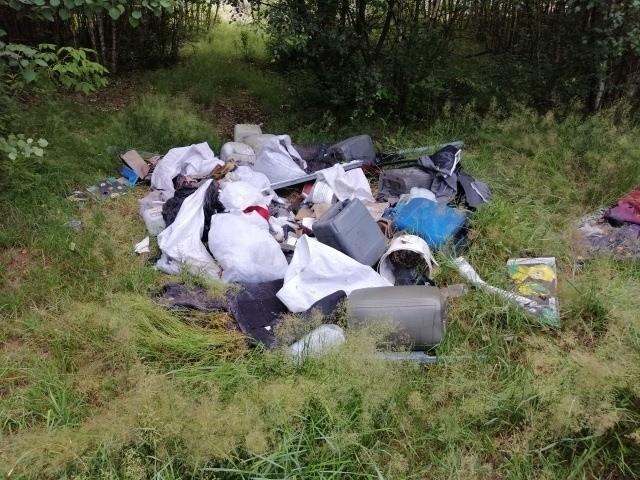 Po dokładnej kontroli zalegających tam śmieci i odpadów w jednym z worków znaleźli... dokumenty z adresem spółki komandytowej. W wyniku przeprowadzonych czynności ustalono prawdopodobnego sprawcę i wysłano do niego wezwanie do stawienia się na posterunku.