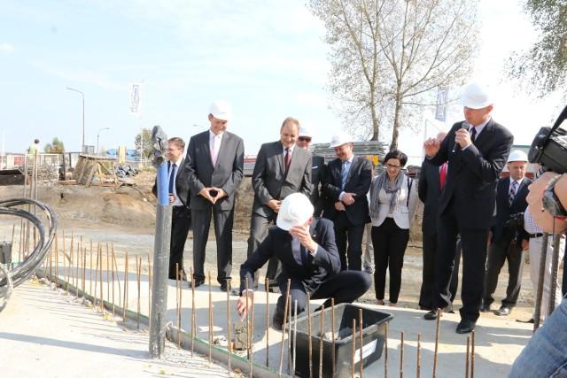 Rozpoczęła się budowa Regionalnego Centrum Biznesu w OpoluAkt erekcyjny w metalowej urnie zamurowali przedstawiciele fundacji, samorządu województwa, Izby Gospodarczej Śląsk i mniejszości.