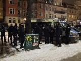 Wieczorne interwencje policji i sanepidu w lokalach gastronomicznych w Gdańsku Wrzeszczu. Przy jednym z nich był poseł Konfedracji