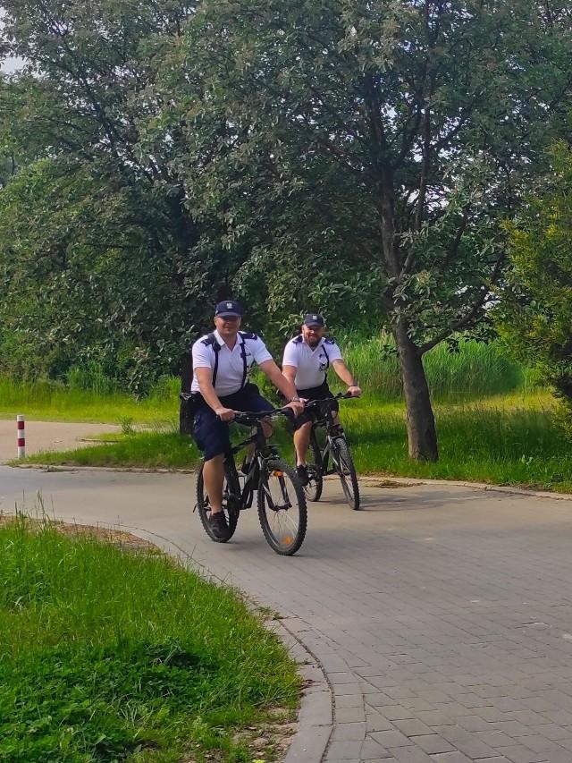 W Borach Tucholskich można spotkać dwuosobowe policyjne patrole na rowerach