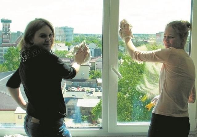 Karolina Łuszcz z lewej i Dorota Petelska z  klasy hotelarskiej  ZSZ nr 2 liczą, że uda się im wyjechać na zagraniczny staż.