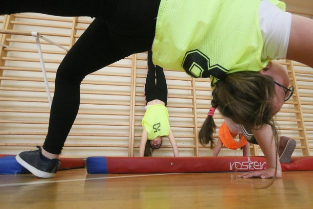 Zdjęcie ilustracyjnePrzez przesiadywanie w domu u wielu dzieci pojawiły się: słaba kondycja, nadwaga, wady postawy