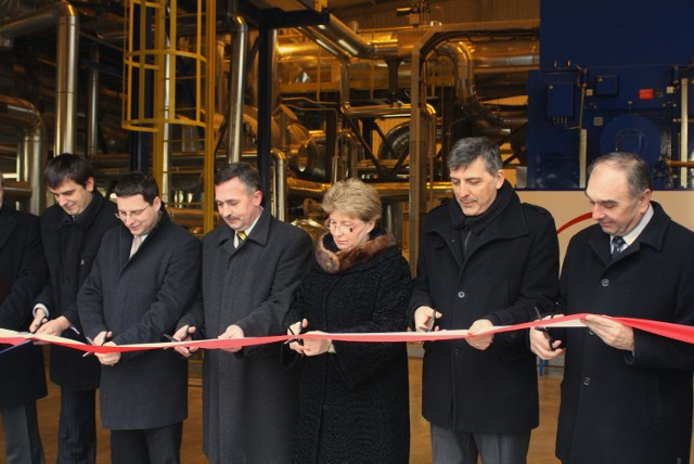 Wstęgę przed Maszynownią przecinają wojewoda Bożentyna Pałka-Koruba, prezes Elektrociepłowni Zbigniew Fąfara i goście.