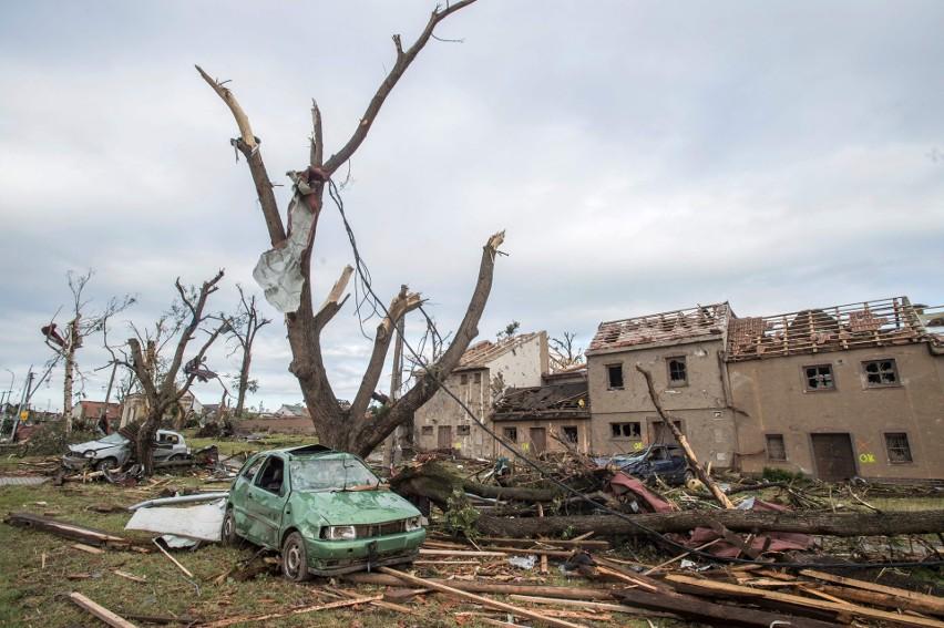 """Potężna trąba powietrzna nawiedziła Czechy. Ogrom zniszczeń i wielu rannych. """"To piekło"""" [ZDJĘCIA] [WIDEO]"""