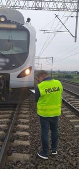 Śmiertelny wypadek na torach kolejowych w Łęgowie. 12.10.2020 r. Nie żyje 60-letnia kobieta. Śledczy ustalają przyczyny zdarzenia