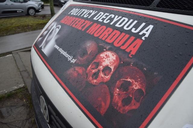 Furgonetka antyaborcyjna stoi przed szpitalem od 12 lutego 2020.