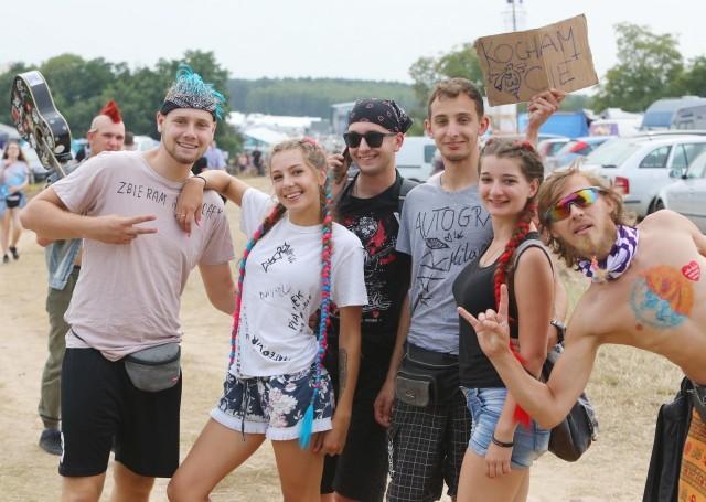 Pol'and'Rock 2019 - zdjęcia ze środy i czwartku nie kłamią. W tym roku na dawny Przystanek Woodstock znowu przyjechały prawdziwe tłumy. Choć tegoroczny Pol'and'Rock oficjalnie zaczął się w czwartek, 1 sierpnia, to już w środę na festiwalowym polu bawiło się kilkadziesiąt tysięcy osób. Zobaczcie galerię zdjęć z Kostrzyna nad Odrą! Przejdź dalej --->