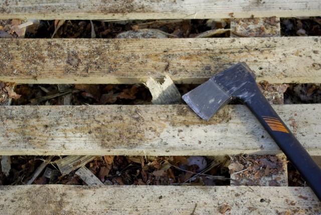 Uciążliwy mieszkaniec Błonia nosi noże albo siekierę. Niby dla samoobronyUciążliwy mieszkaniec Błonia nosi noże albo siekierę. Niby dla samoobrony