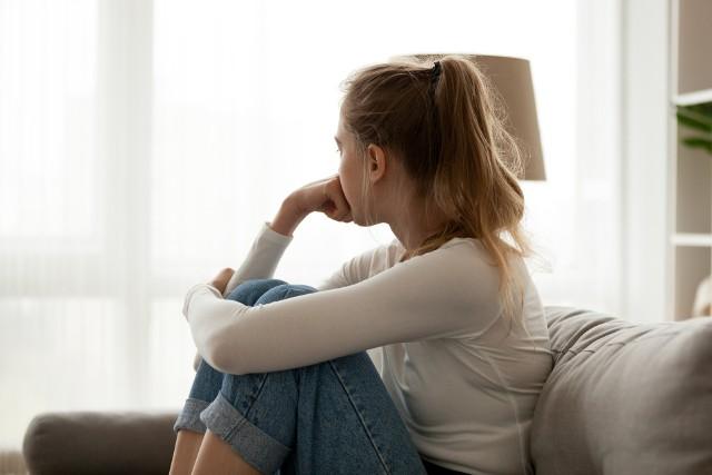 Zdrada partnera to nic miłego. Czasami jest oznaką nieporozumień związku, wygaśnięcia uczuć, a czasami chęcią przeżycia przygody. Z innych powodów zdradzają mężczyźni, a z innych kobiet – jednak, aż tak bardzo się w tej materii nie różnimy. Oto 8 najczęstszych przyczyn niewierności pań!Dlaczego kobiety zdradzają? Statystyki wskazują na 8 powodów, które przyczyniają się do niewierności pań.Czytaj dalej. Przesuwaj zdjęcia w prawo - naciśnij strzałkę lub przycisk NASTĘPNE