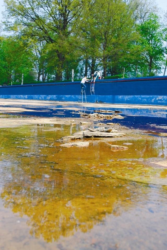 W tym roku dno basenu zostało naprawione, mimo to 80-letni obiekt wymaga gruntownej przebudowy. (fot. Mariusz Jarzombek)