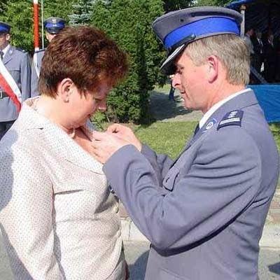 Medal za wybitne zasługi dla policji wręczył wojewodzie na sobotnim pikniku w Kolbuszowej Józef Gdański, pełniący obowiązki komendanta wojewódzkiego.