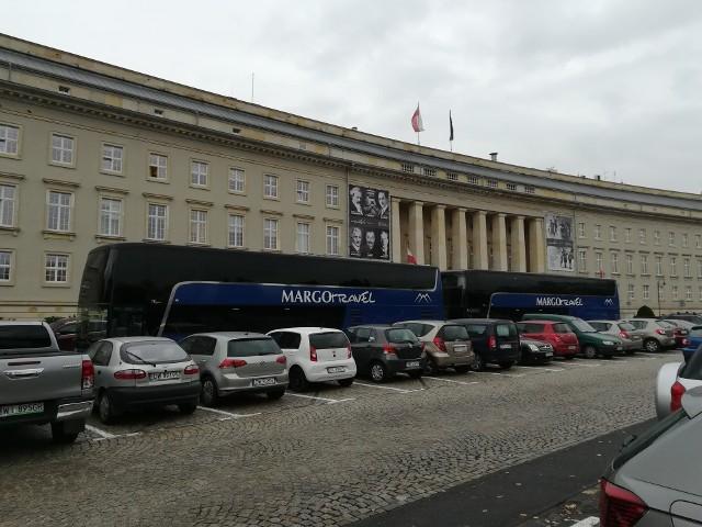 Autokary firmy Margo Trans zablokowały parking pod urzędem wojewódzkim we Wrocławiu