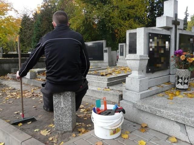 Posprzątanie grobu można zlecić takim osobom, jak pan Marcin.