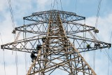 Budowa linii energetycznej Piła-Plewiska. Zobacz jak wyglądają prace przy linii wysokich napięć i jak pracuje się na wysokościach [ZDJĘCIA]