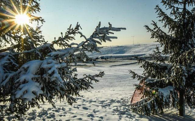 Bajkowy klimat zimy to marzenie niemal każdego z nas na nadchodzące święta. Szykuje się, że tegoroczne święta, będą inne niż te które znamy, ze względu na obostrzenia, jakie mogą pojawić się w związku z rozwijającą się pandemią. Pogoda na święta Bożego Narodzenia 2020Na 24 i 25 grudnia serwis Accuweather.com przepowiada aktualnie niewielki mróz za dnia i około -3/-4 stopnie w nocy.Z kolei w drugi dzień świąt temperatura w ciągu dnia ma być dodatnia, a niewielki mróz może być w nocy. Do tego może padać przelotny deszcz.