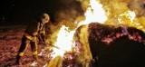 Pożar w Więckowicach. Ogromny ogień i dym roznoszący się po całej wsi. Strażacy walczyli z żywiołem