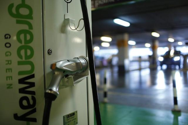 Stacje ładowania na autostradzie A4 zamontują dwie firmy: GreenWay Polska oraz Tauron Dystrybucja Serwis.