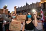 Mieszkańcy Krakowa zgromadzili się na Rynku Głównym, żeby pokazać solidarność z obywatelami Białorusi [ZDJĘCIA]