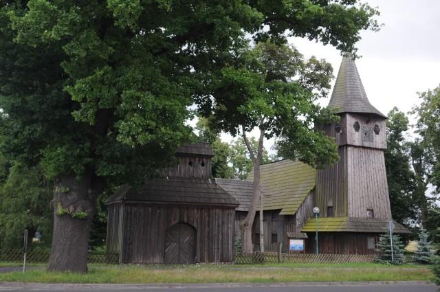 Niezwykle efektownie prezentuje się świątynia, a właściwie zespół kościelny w Chlastawie. To budynek główny i dzwonnica