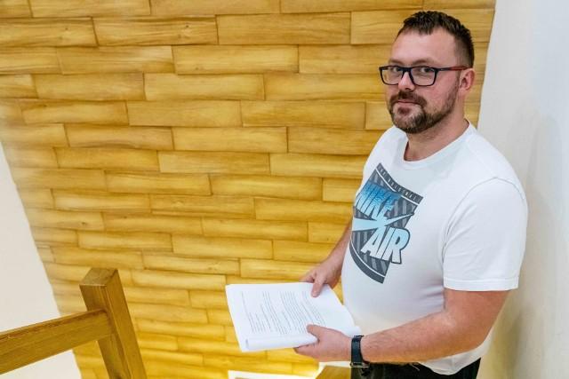 Łukasz Moczulski uważa, że uszkodzenia na jego domu to skutek zwiększonego ruchu na ulicy, które było pokłosiem budowy węzła Porosły