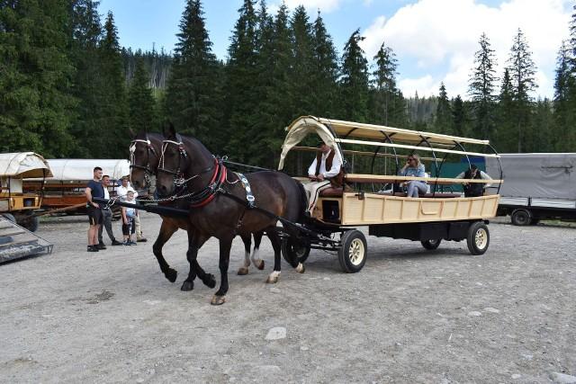 Wóz hybrydowy na pierwszy rzut oka wygląda jak tradycyjny wóz wożących turystów na tym szlaku.