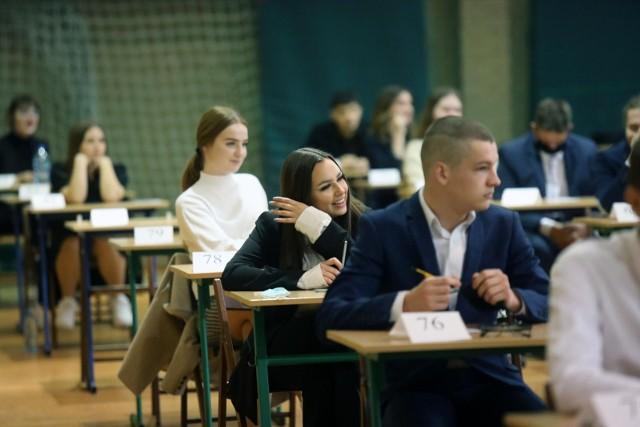 Na maturze 2021 obowiązywały niższe wymagania z powodu pandemii i zdalnej nauki. Młodzież musiała przystąpić do trzech egzaminów pisemnych na poziomie podstawowym: z języka polskiego, matematyki i języka obcego. Zrezygnowano z egzaminów ustnych. Maturzyści nie musieli też przystępować do egzaminu z wybranego przedmiotu na poziomie rozszerzonym, ale większość z nich korzystała z tej możliwości ze względu na rekrutację na studia