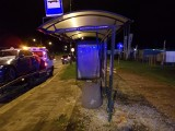 Zniszczony przystanek MPK przy ul. Hetmańskiej. Kierowca BMW wjechał w wiatę ZDJĘCIA