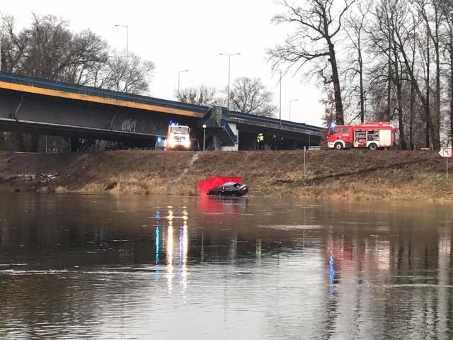 Auto leżące w rzece zobaczyła przygodna biegaczka.