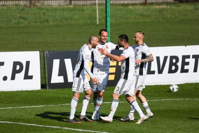 Podobnie jak w minionym sezonie, piłkarze Chojniczanki (na biało)  należą do faworytów II ligi. Czy na inaugurację Wigry zatrzymają mocarza z Chojnic?