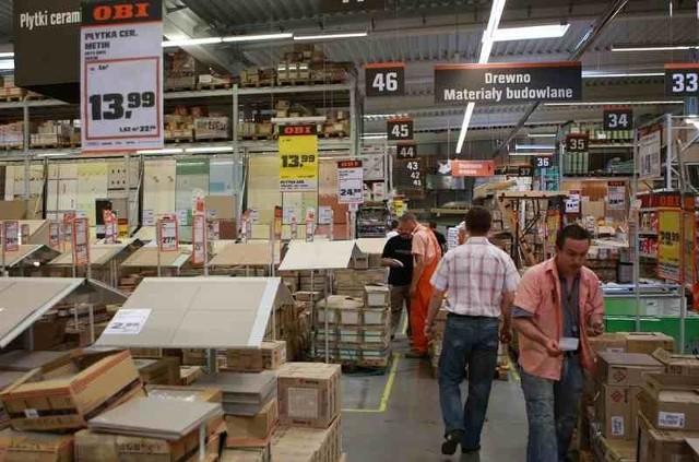 Wnętrze marketu OBIJak co roku latem w marketach budowlanych, m.in w Obi przygotowano specjalne ceny. To bardzo dobry czas na remont mieszkania lub domu.