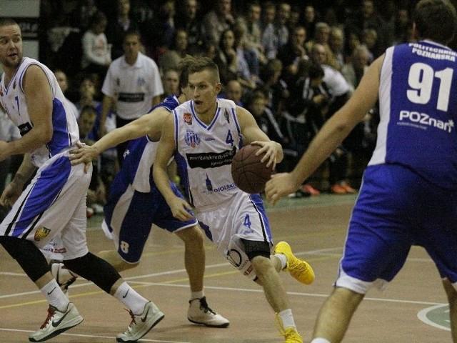 Krzysztof Chmielarz (z piłką) sprawnie dyrygował grą prudnickiego zespołu