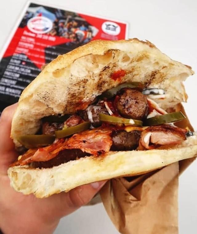 """Zapytaliśmy czytelników Gazety Wrocławskiej gdzie można we Wrocławiu zjeść najlepsze burgery! Zobacz, które miejsca koniecznie musisz odwiedzić! <iframe src=""""https://www.facebook.com/plugins/comment_embed.php?href=https://www.facebook.com/gazetawroclawska/posts/10157172859614015?comment_id=10157174049224015&include_parent=false"""" width=""""560"""" height=""""120"""" style=""""border:none;overflow:hidden"""" scrolling=""""no"""" frameborder=""""0"""" allowTransparency=""""true"""" allow=""""encrypted-media""""></iframe>Zobacz na kolejnych slajdach gdzie zjeść najlepsze burgery we Wrocławiu - posługuj się myszką, klawiszami strzałek na klawiaturze lub gestami"""