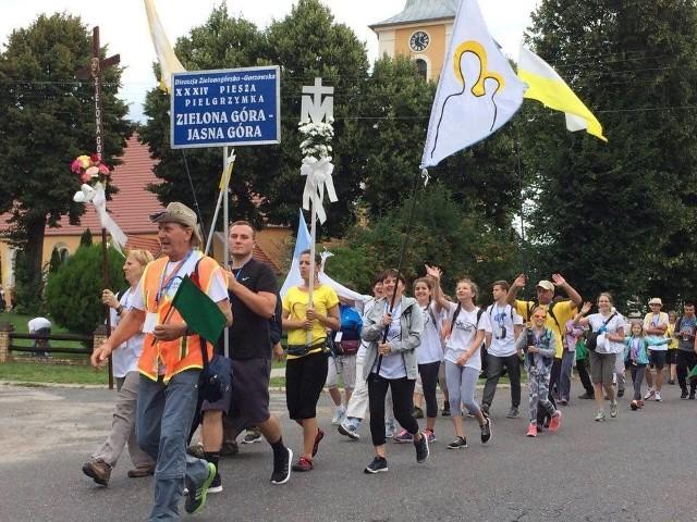 Młodzież, dorośli oraz dzieci wyruszyli ze śpiewem na ustach w stronę Częstochowy.