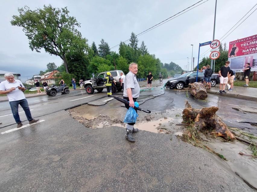 Burza i powódź sparaliżowały Nowy Sącz. Ulice Barska i Grabowa zamieniły się w rwącą rzekę. Zalane domy i samochody [ZDJECIA]