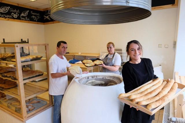 Gruzińska piekarnia przy Rynku Nowomiejskim w Toruniu była pierwszą tego typu w Toruniu. Dziś podobnych jest wiele, nie tylko na starówce. Na zdjęciu widoczni także pracownicy z Gruzji - ich w Toruniu przybywa.