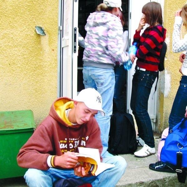 Michał Korzeniewski co roku sprzedaje podręczniki do antykwariatu. Wczoraj był jedną z pierwszych osób w kolejce.