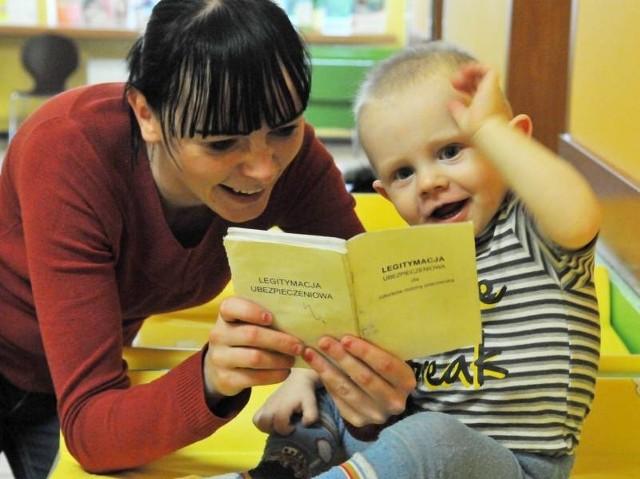 - Dobrze, że skończy się bieganie z książeczkami po pieczątki - mówi Marta Besarabow z synkiem Oskarem