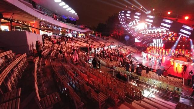 """Godzina 0.44Opolski festiwal nie pamięta takich pustek w amfiteatrze, jak w sobotę wieczorem. Po koncercie Premier widownia z minuty na minutę się przerzedzała, by na finał koncertu Jana Pietrzaka """"Z PRL-u do Polski"""" zajęte były dwa przednie sektory. To właśnie tą publiczność pokazywały telewizyjne kamery. Zajęte były też pojedyncze krzesełka w górnych rzędach. Pusta była też loża VIP-ów. Zobaczcie galerię zdjęć."""