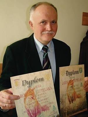 """Jarosław Ciepielak - """"II wicemistrz 2010 roku"""" z dyplomami Fot. Zbigniew Wojtiuk"""