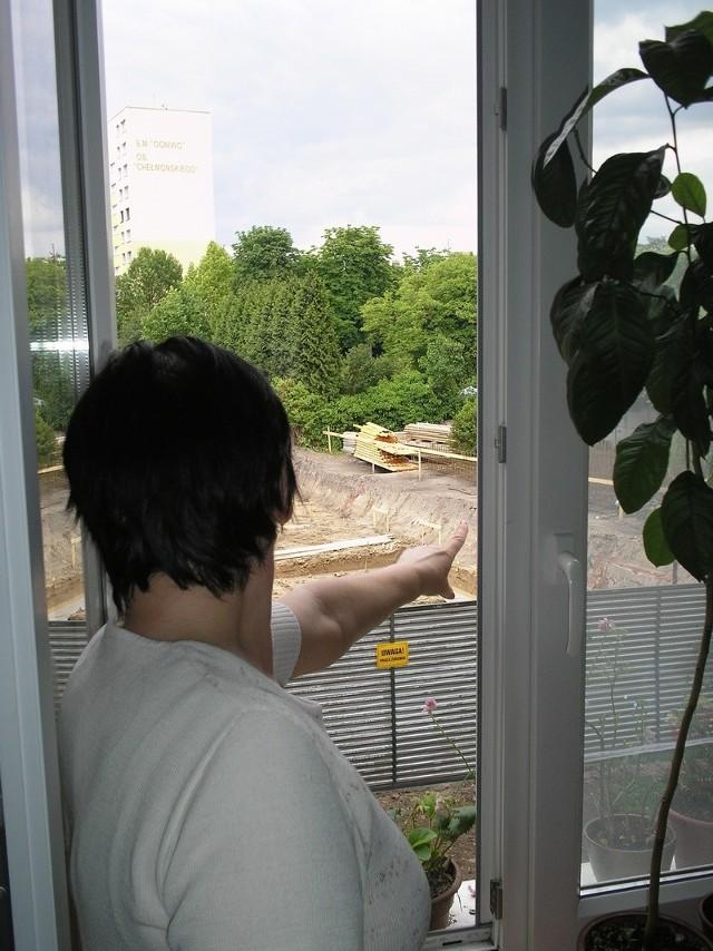 Krystyna Pełek pokazuje wielki plac budowy, który jest tam, gdzie jeszcze dwa tygodnie temu była znaczna część podwórka.