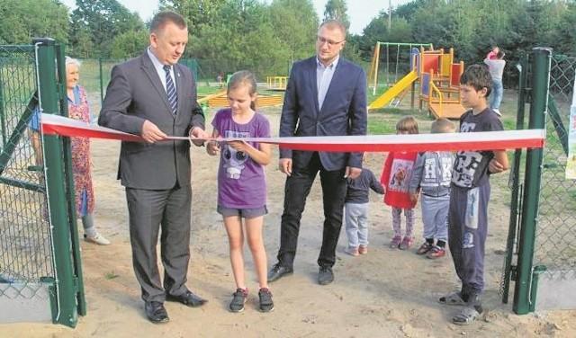 Uroczystego otwarcia placu zabaw dokonano 17 sierpnia podczas zebrania wiejskiego. Uczestniczył w nim  Robert Jaworski, burmistrz Chęcin, byli też najmłodsi mieszkańcy.