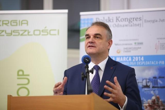 - Wykorzystując energię odnawialną tworzymy miejsca pracy i zmniejszamy zanieczyszczenie środowiska – mówił były premier Waldemar Pawlak, podczas inauguracji Polskiego Kongresu Energii Odnawialnej w Radomiu.