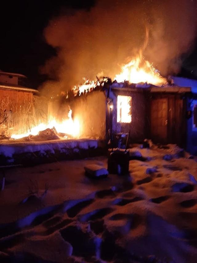 Dzisiaj (09.02.2021) po godz. 4 rano doszło do pożaru starego budynku mieszkalnego przy ul. Człuchowskiej w Przechlewie.
