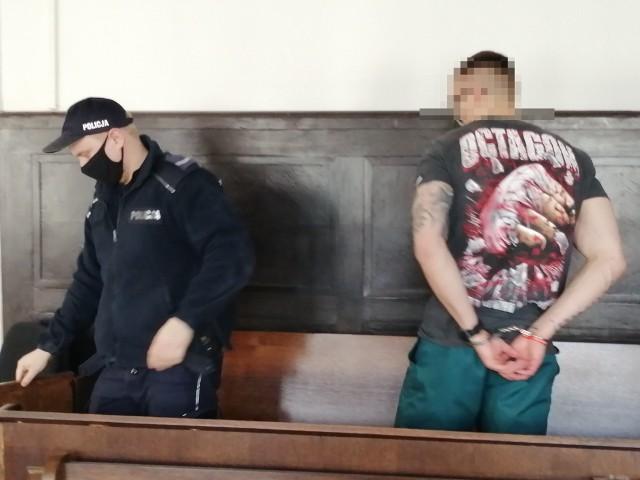 Na ławie oskarżonych zasiadali: Adam K. i Bartłomiej B. Pierwszy pracuje w Anglii i nie stawił się w sądzie, a drugi odsiaduje wyrok w innej sprawie i do sądu przywieźli go policjanci. CZYTAJ DALEJ >>>>...