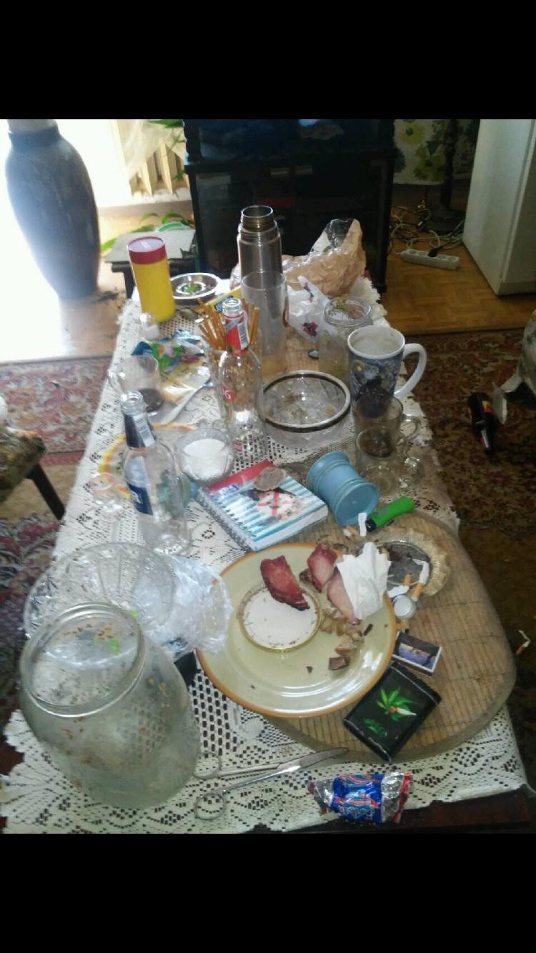 Rozrzucone papierosy, butelki po piwie, powywracane kwiatki i garnki. Tak wyglądało mieszkanie przy ul. Niepodległości po nocnej libacji